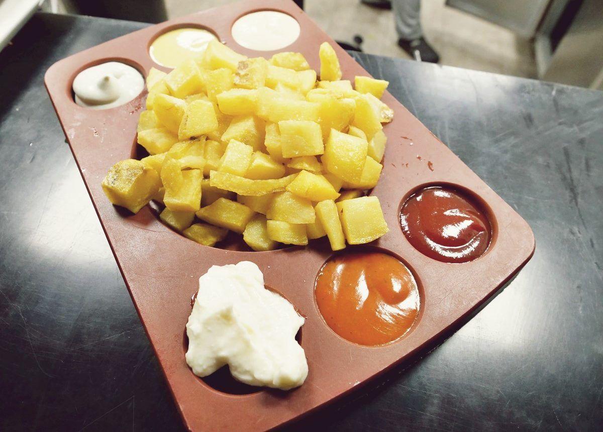 Tabla de patatas con salsas La Bernarda